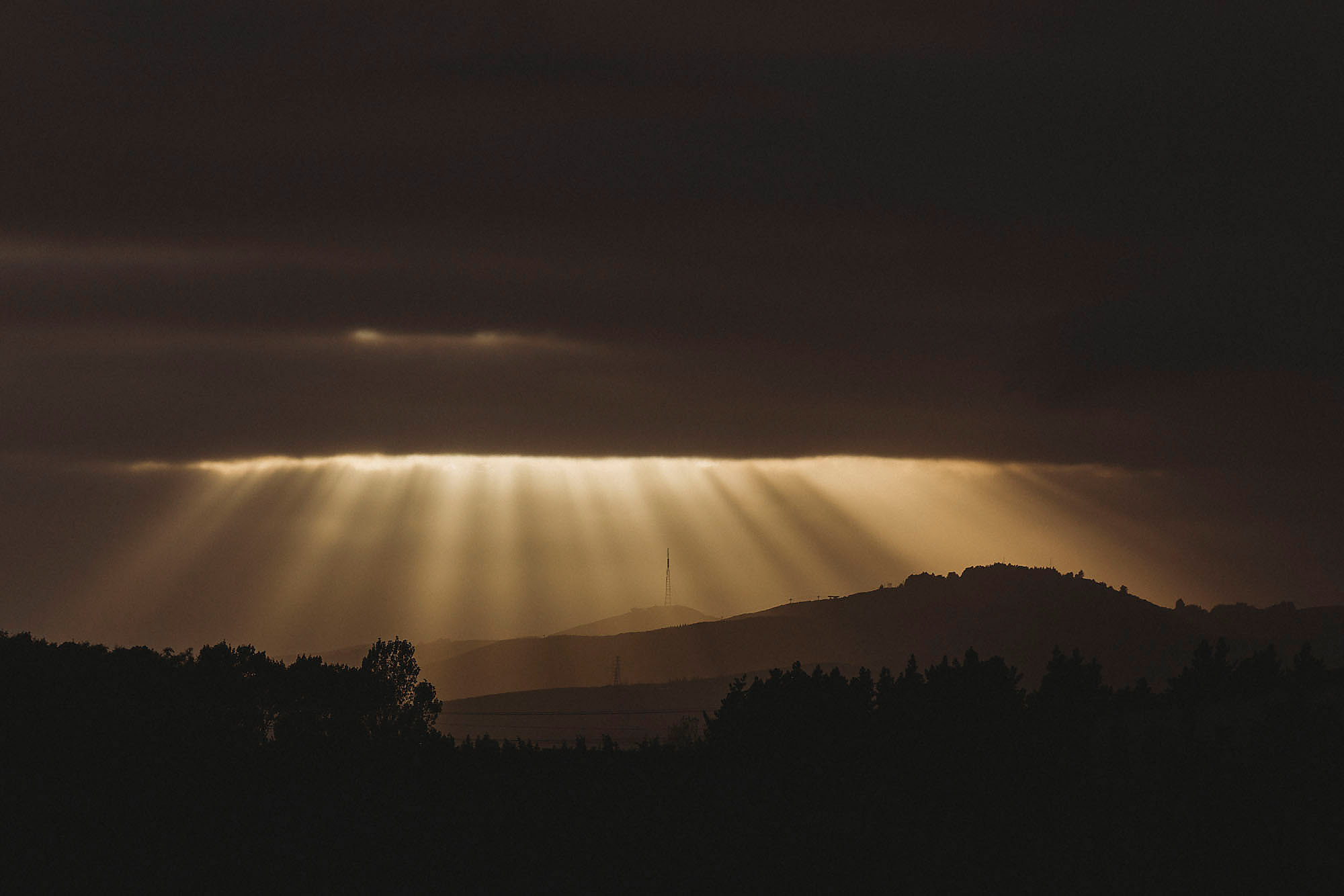 Landscape   Photography Rebecca Claridge Photography port hills sunrise sun rays moody   silhouette christchurch